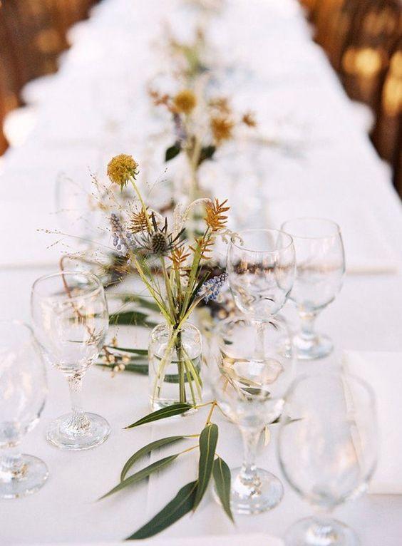Matrimonio in stile minimal chic: centro tavola con fiori secchi