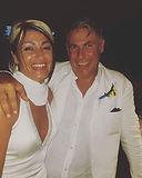 Sposi vestiti di bianco e sorridenti