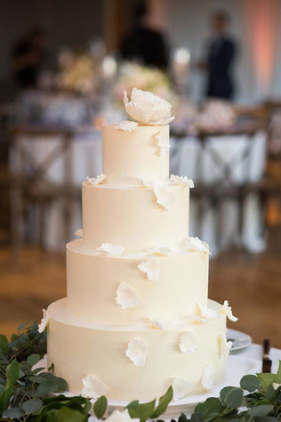 Matrimonio in stile minimal chic: wedding cake total white