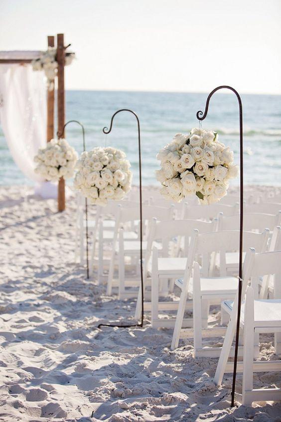 Matrimonio all'aperto: cerimonia in spiaggia con sedie e fiori bianchi