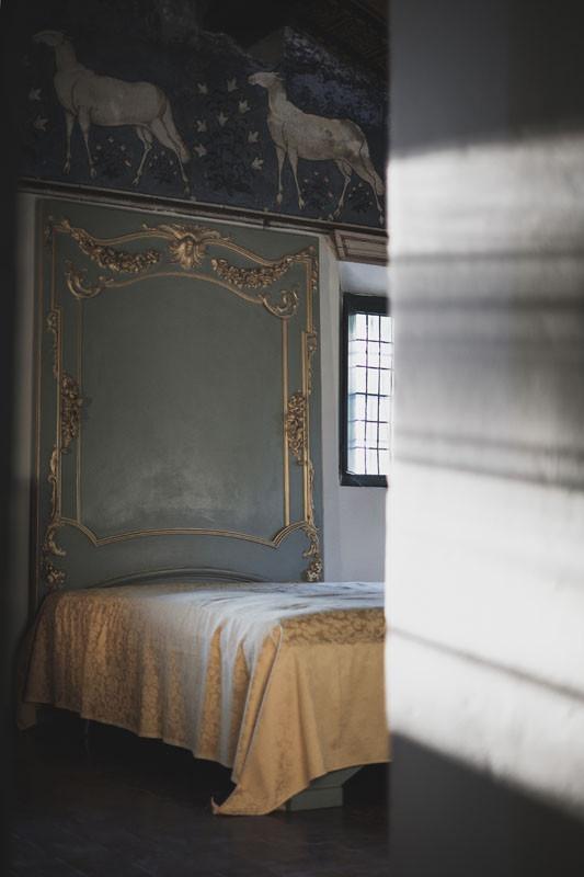 stanza da letto con pecorelle su muro