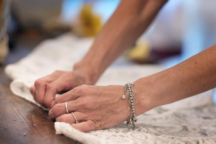 Bianca Collezione Milano mani stilista che toccano abito da sposa