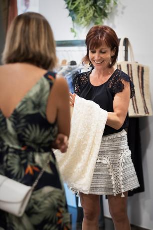 Cokelicò Boutique Laura Generali che fa vedere i tessuti ad un'altra donna
