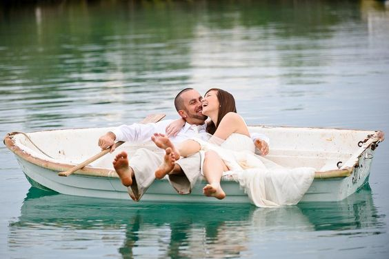 Trash the dress: sposi in una barca sul lago