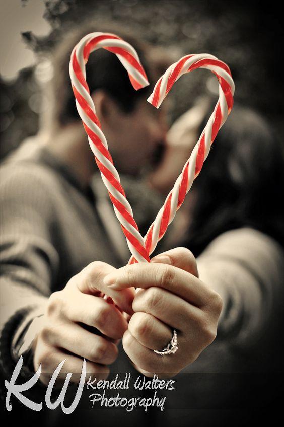 10 Idee regalo di Natale per la sposa: sposi che si baciano e allungano braccia