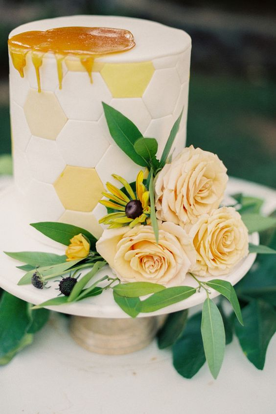 Matrimonio dolci come il miele: torta con fiori gialli