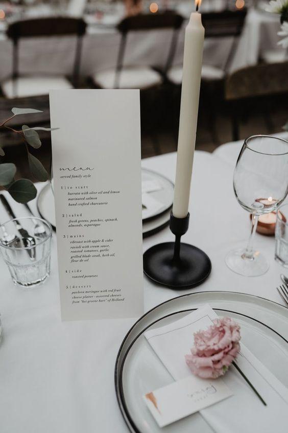 Matrimonio in stile minimal chic: menu su cartoncino bianco e porta candele nere