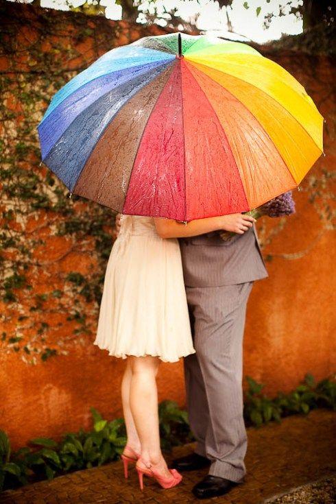 Soluzione per il matrimonio in caso di pioggia: sposi sotto ombrello colorato