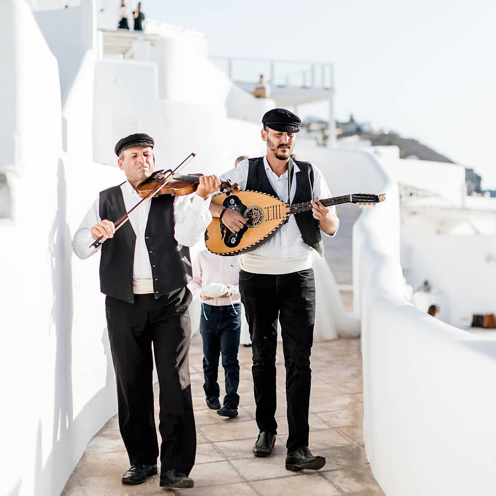 matrimonio a santorini musicisti violino e mandolino che suonano per le strade di santorini