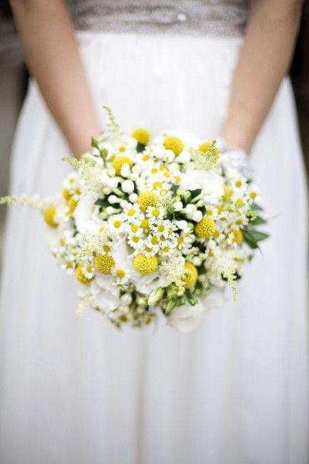 Matrimonio in stile minimal chic: bouquet con margherite e craspedia