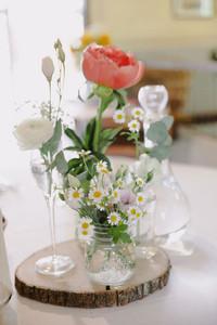 Matrimonio a tema margherite: centrotavola con margherite e fiori di campo