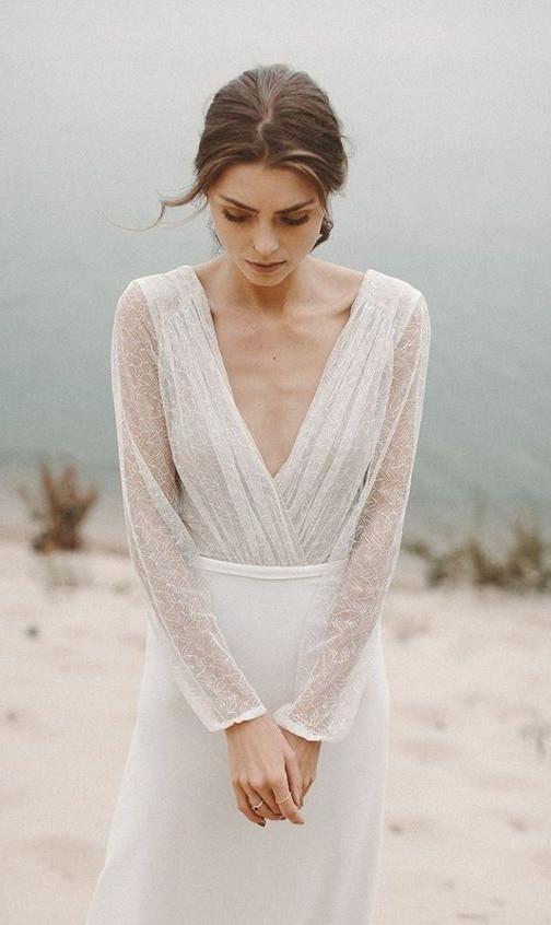 Matrimonio in stile minimal chic: abito sposa con scollo a V