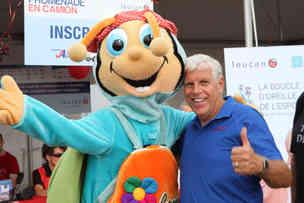 Jacques Auger et la mascotte Cammie de Leucan