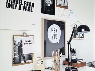 Домашний офис с белыми стенами