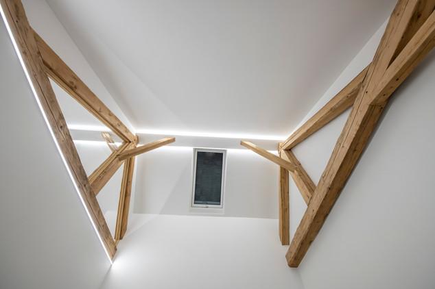 plafond avec anciennes poutres
