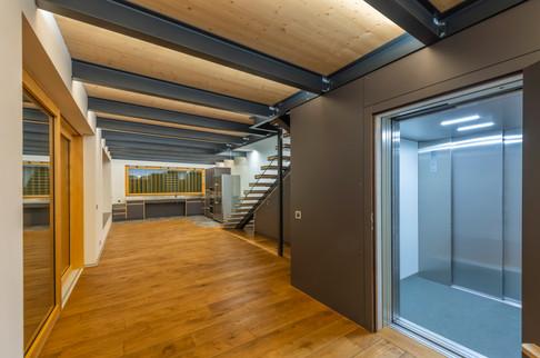 accès dans l'appartement avec un ascenseur