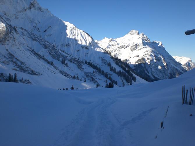 Schneeschuhwanderungen im tief verschneiten Bregenzerwald.
