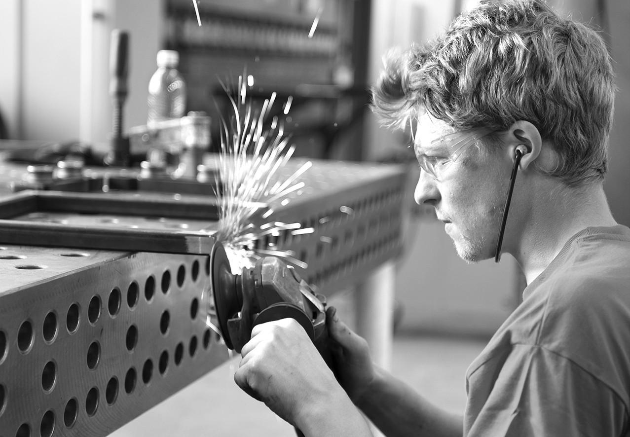 Metallbauer baut für das Atelier Alles in Form. Einzellstücke