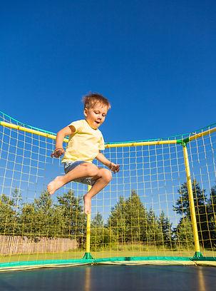 Trambolinde zıplayan bir çocuk