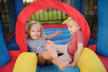 Trambolinde oynayan çocuklar