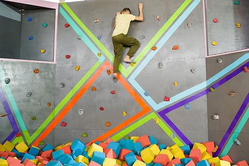 Tırmanma duvarı üzerinde bir çocuk