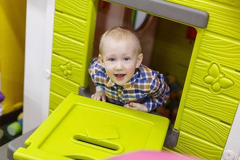 Oyun alanında eğlenen bir çocuk