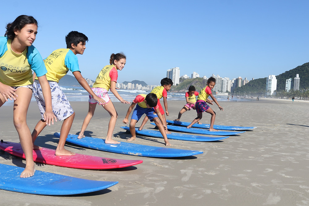 Crianças no Projeto Ondas e Jojó de Oliveira