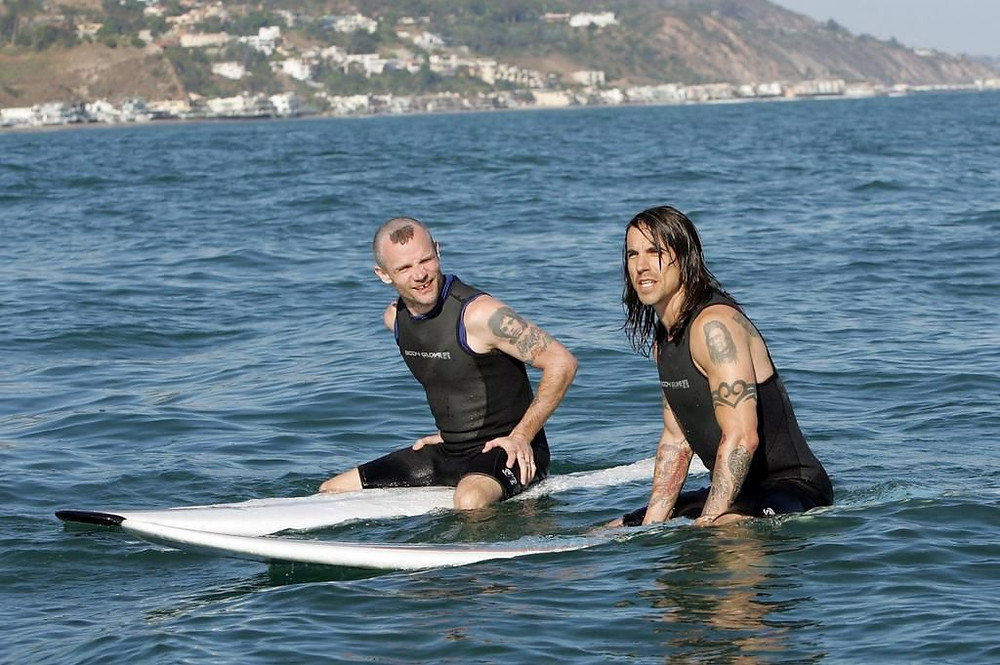 Flea e Kiedis do Red Hot surfando