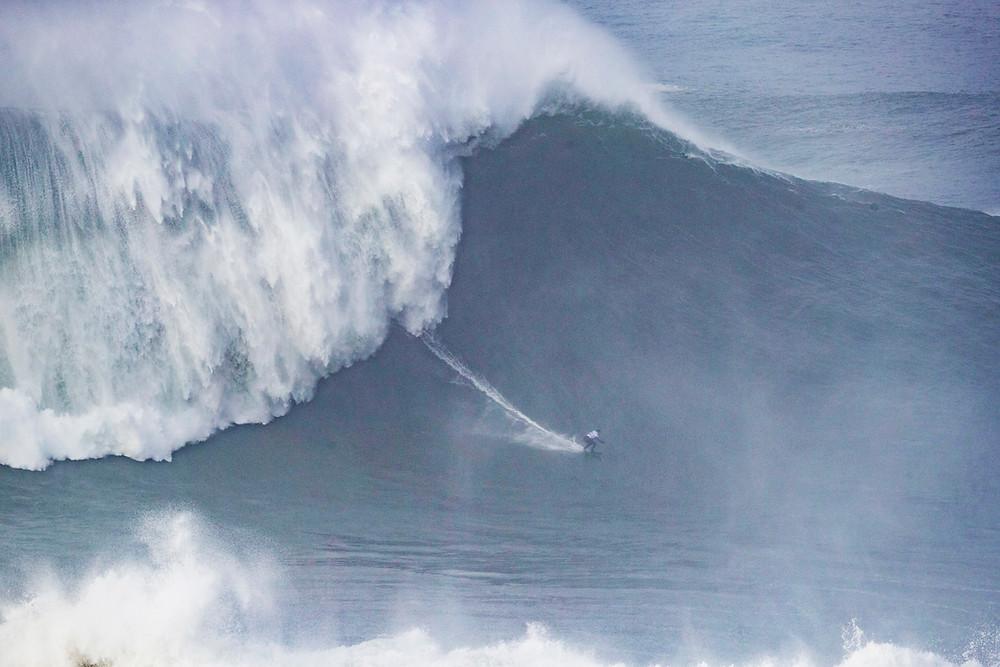 Maya Gabeira surfando a maior onda surfada por uma mulher