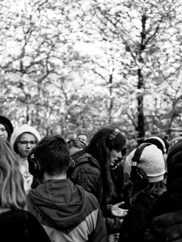 Marion David au milieu des adolescents de Pont-Scorf