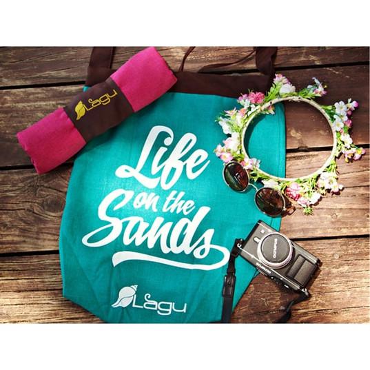 砂のつかないビーチ用バッグエメラルドグリーンとブランケット-min.jpg