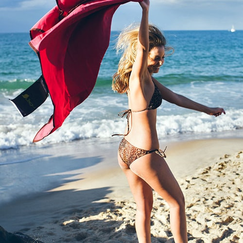 Lagu-砂の付かないビーチ用ブランケットピンク-Rosa_model_shot