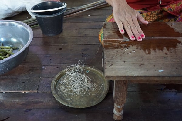 蓮ストール-蓮の繊維を撚って糸を作る-min.jpg