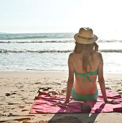 Woman-with-砂の付かないビーチ用ブランケット-min.jpg