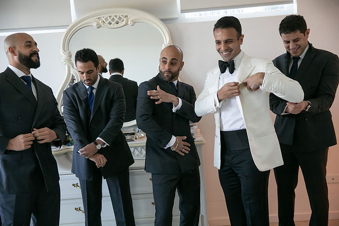 Groom getting ready with groomsmen. Photography by best Sydney wedding photographer Grant Hoskinson Photography.