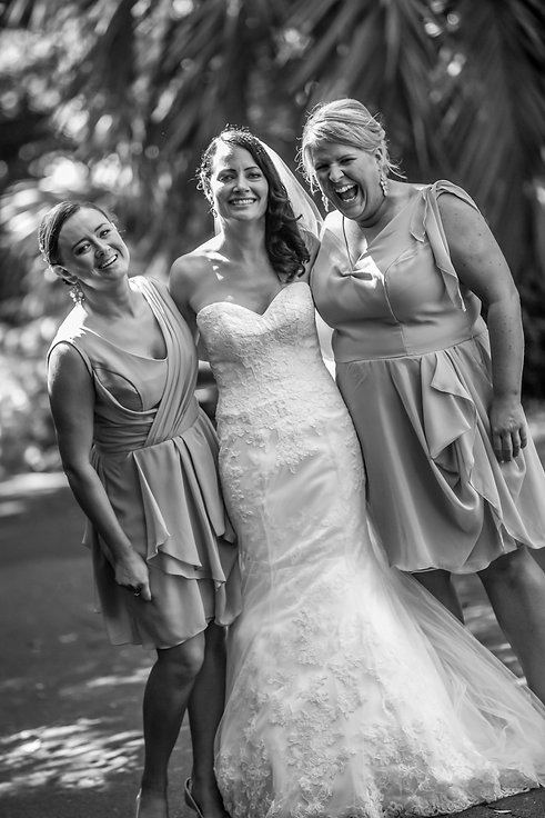 DPP_629.jpgBride in wedding dress with bridesmaids in botanic gardens, Melbourne.Beautiful wedding photography by popular wedding photographer, Grant Hoskinson Photography.