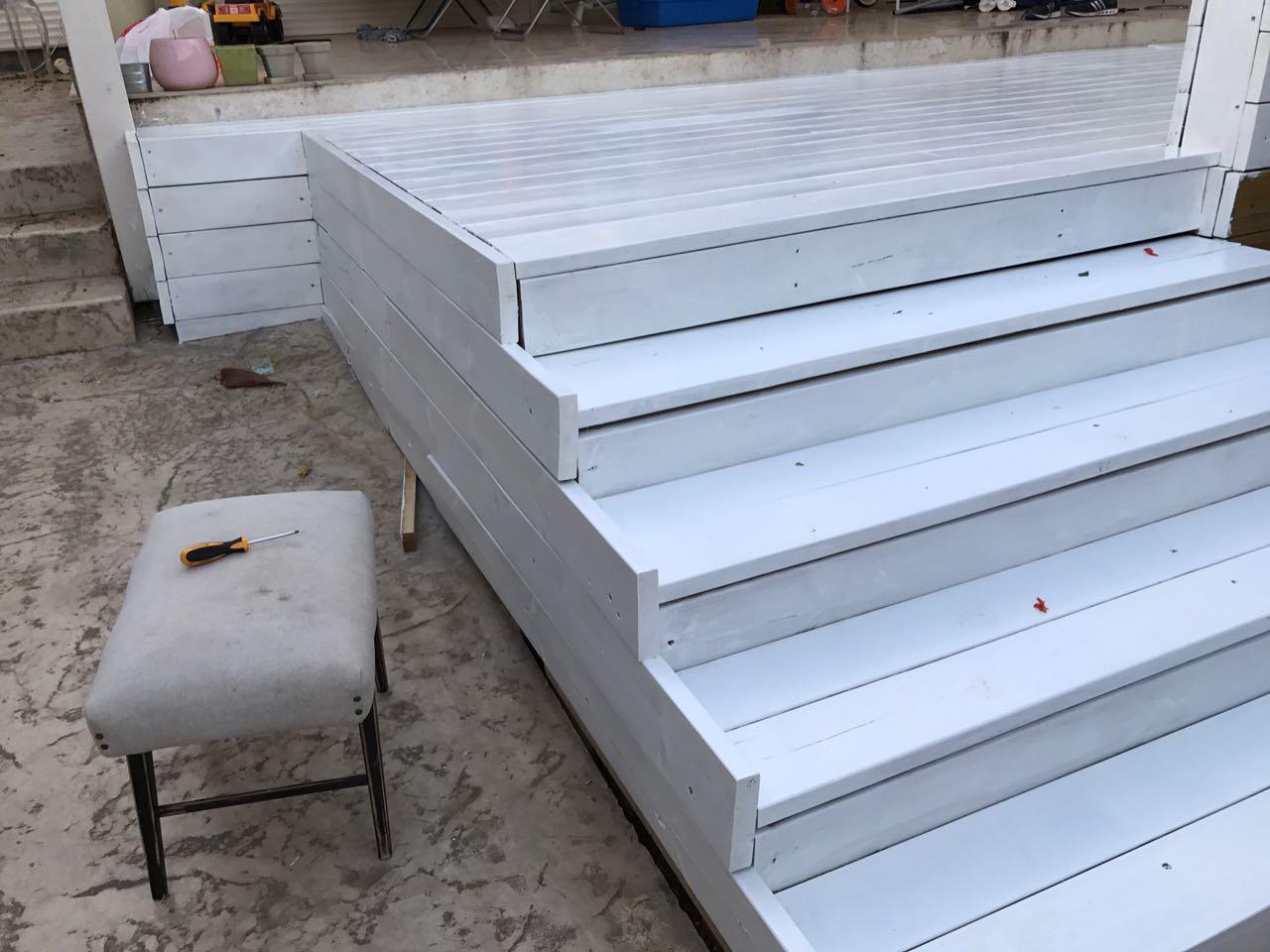 מדרגות מעץ אורן מוקצע מחוטא