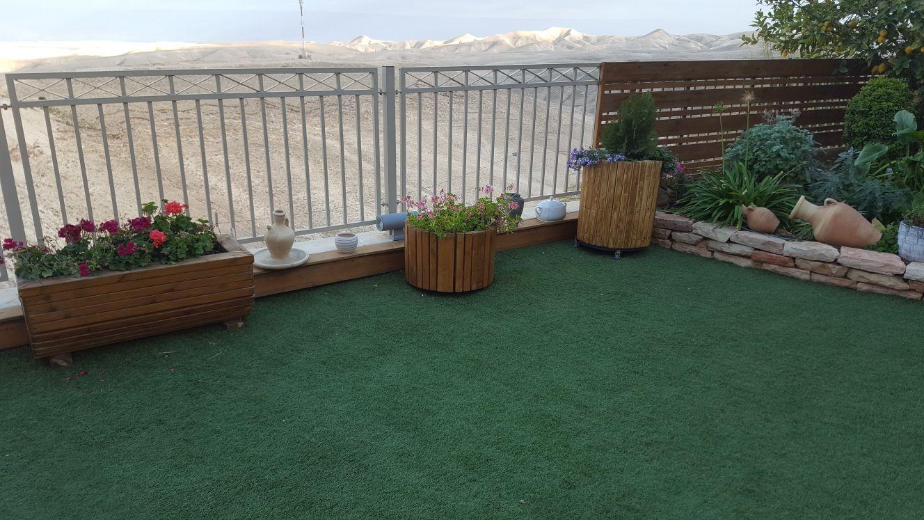 אדניות + דשא סינטטי
