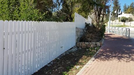 גדר פלסטיק לבנה - פי וי סי