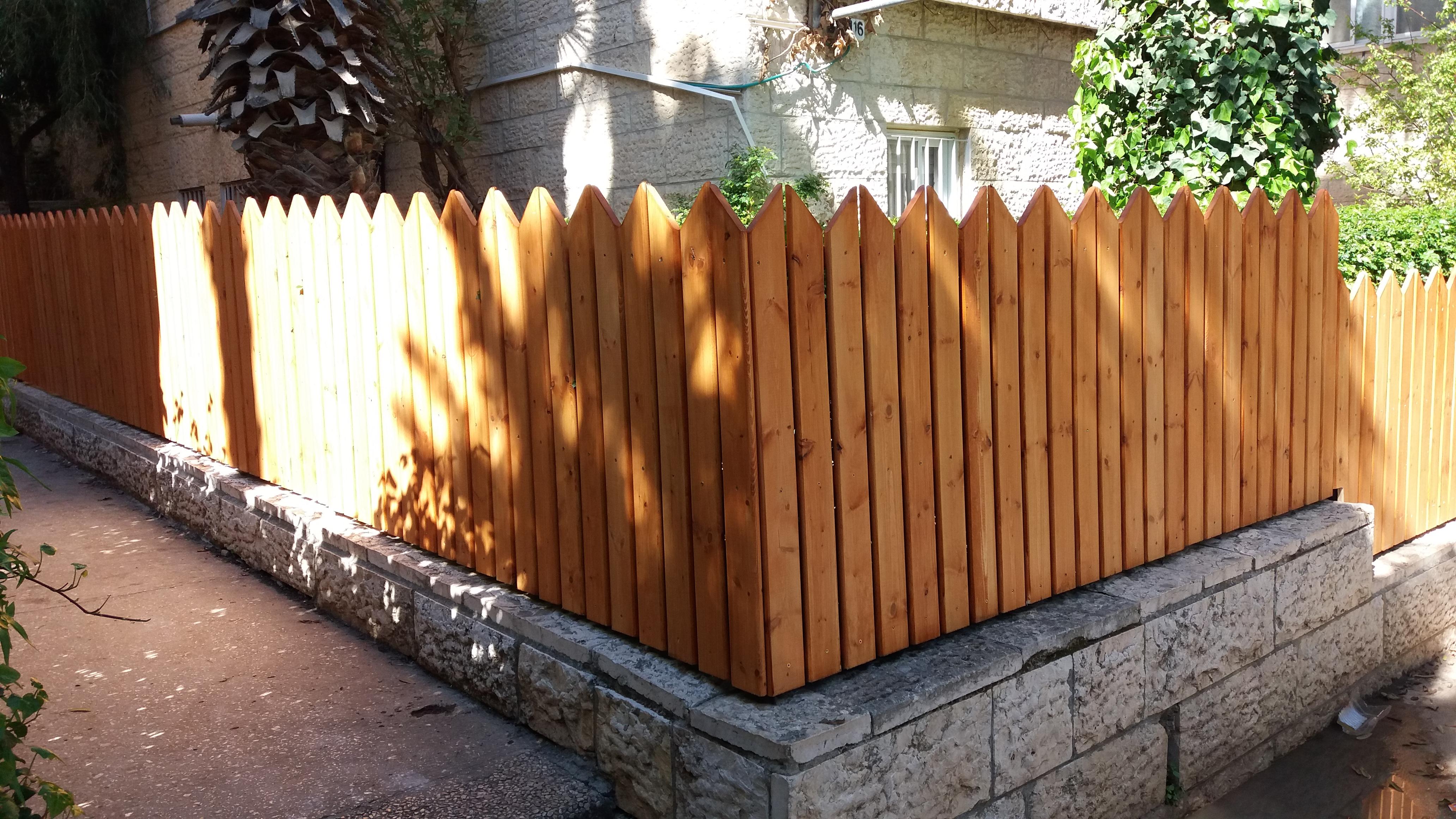 גדר מעץ אורן