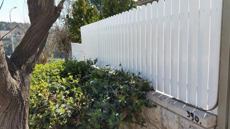 גדר פלסטיק לבנה מעלה גדר אבן