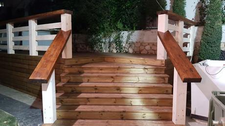 מדרגות מדק עם מעקה.JPG.jpg