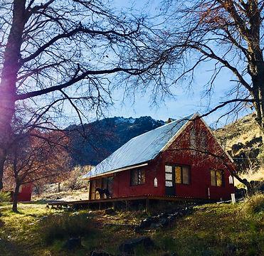 cabaña completa en alumine al lado de la montaña y el rio