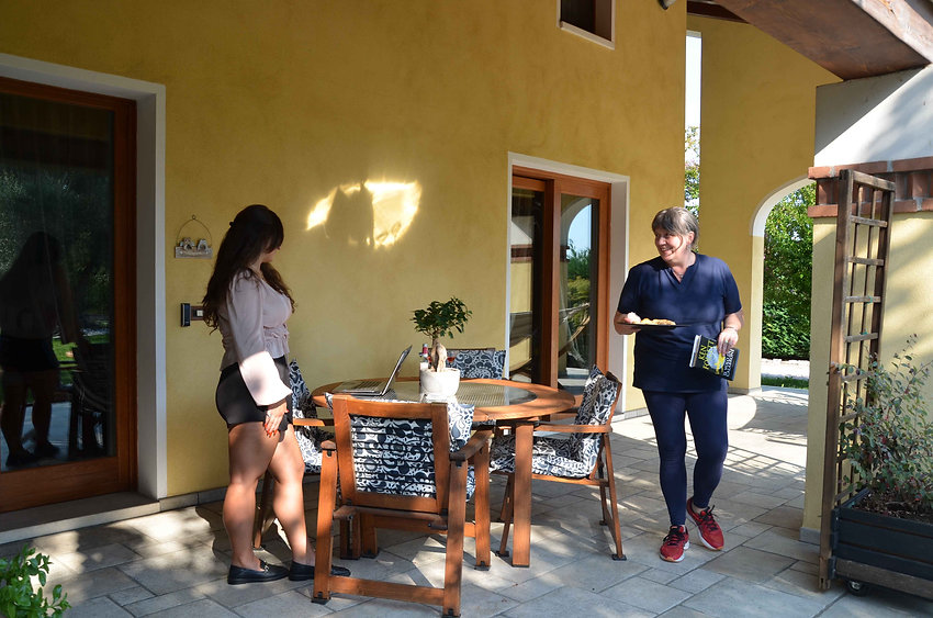 The owner Monica with a customer at B&B Melograno MC