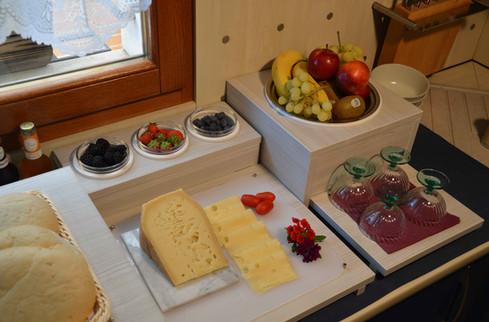 Dettaglio del buffet. Frutta stagionale, pane sfornato in mattinata, formaggi e salumi dai migliori negozi locali