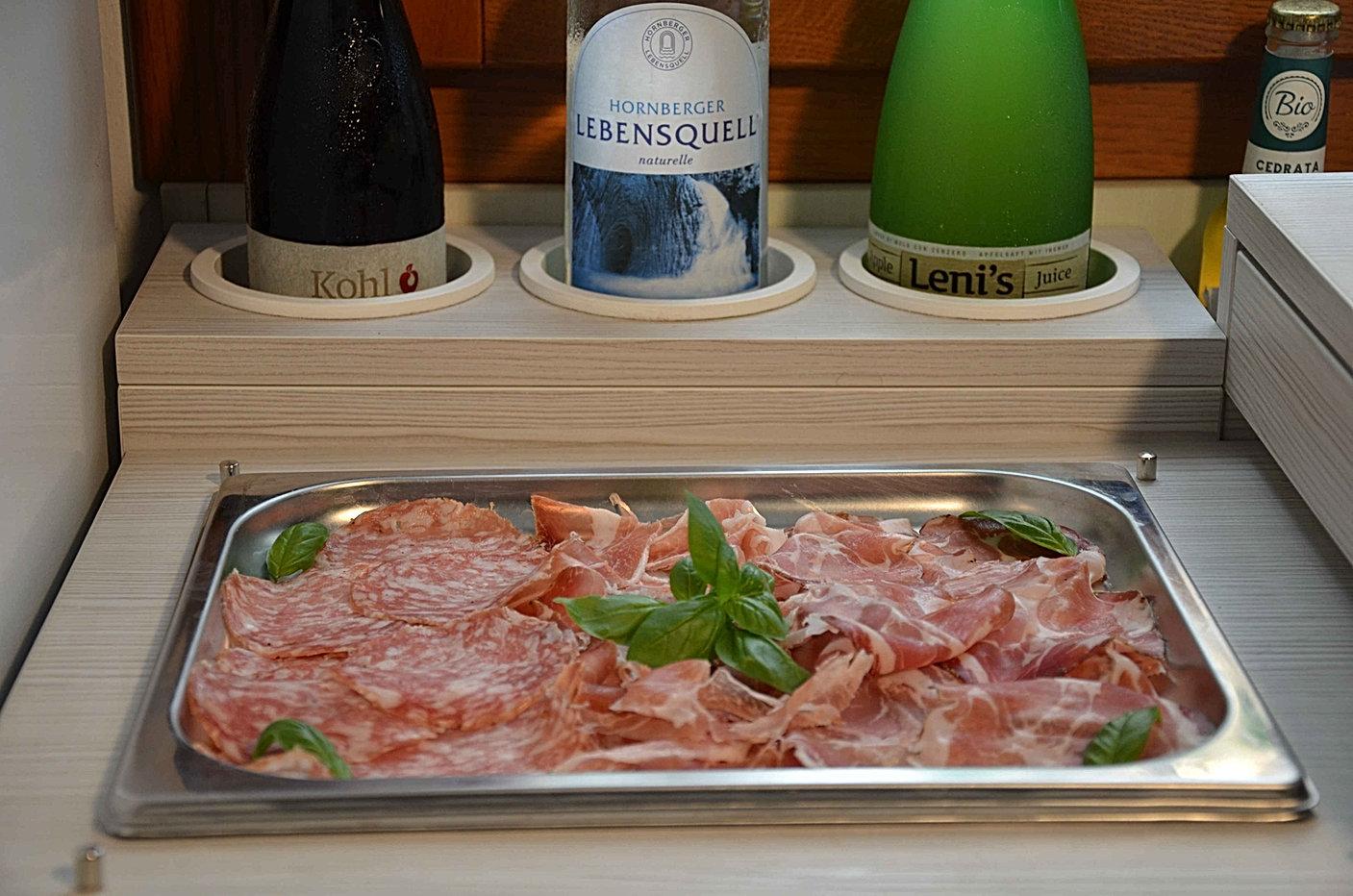Colazione presso il Bed and Breakfast Melograno MC, dettaglio del buffet con salumi e bottiglie