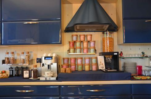 Macchina da caffè e set del tè