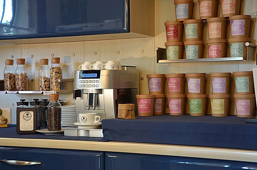 Macchina da caffè e set di tè presso il Bed and Breakfast Melograno MC