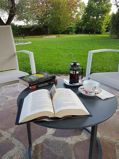 Leggere un Libro nel giardino del B&B Melograno MC vicino a Padova centro