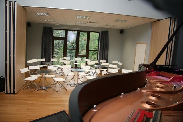 Gde salle depuis piano - tables bistro